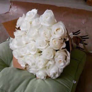 #248 Букет из 25 белых роз в крафте