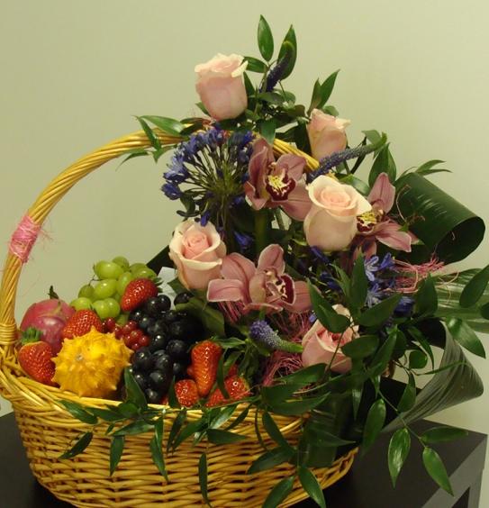 #325 Корзина с цветами и фруктами