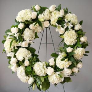 # 617 Белый венок из гортензий, роз, лилий